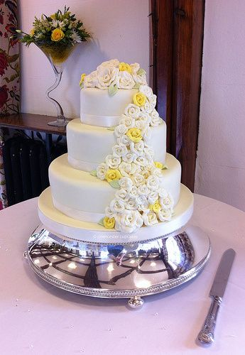 'Roses' White Chocolate Cake