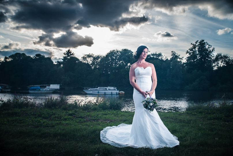 Bride photo on the Thames