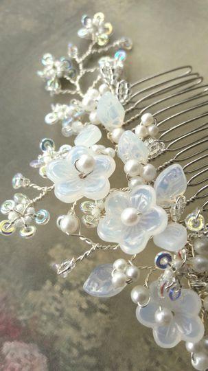 White flower blossom comb