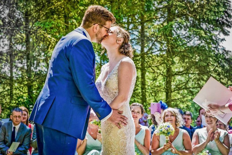 First kiss as newlyweds - Damien Vickers Photography