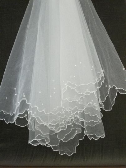 Fluted Edge Veil with  Pearl Detail.