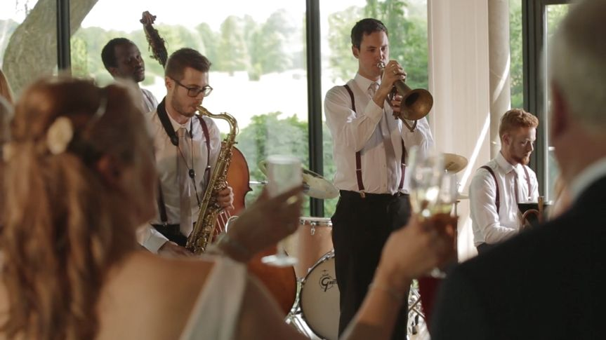 Relaxing background jazz from classic jazz band 'Miles High'
