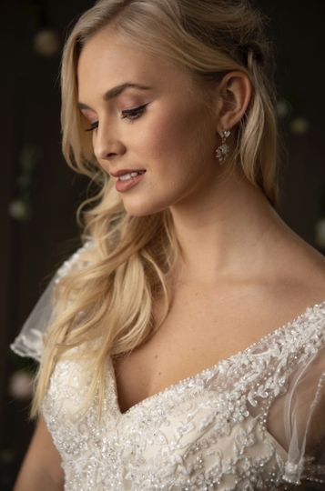 Natural and sophisticated wedding beauty
