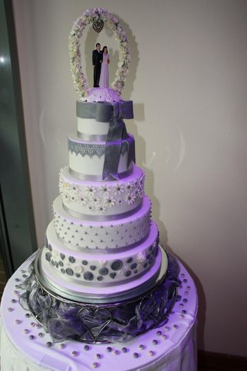 Grey buttons and daisy cake