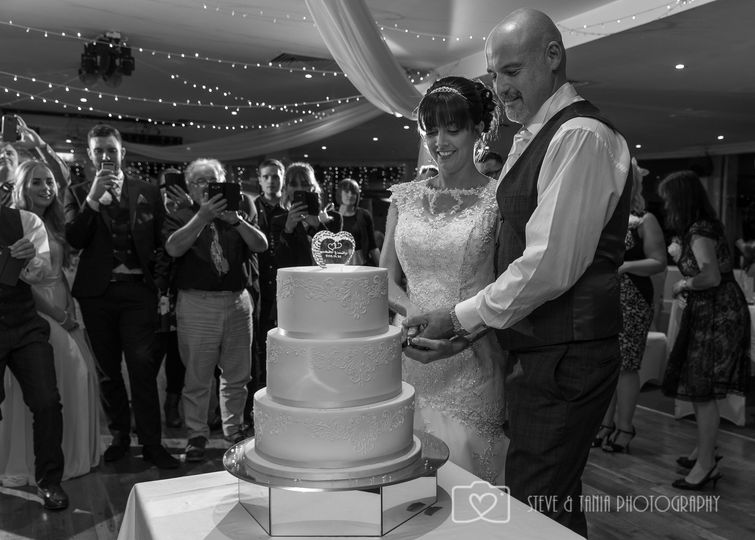 Cutting the wedding cake - Steve and Tania Photography