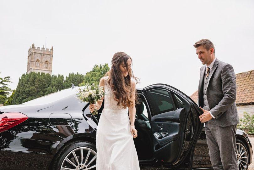 bride leaving mercedes 1030x687 4 279573 161916701356156