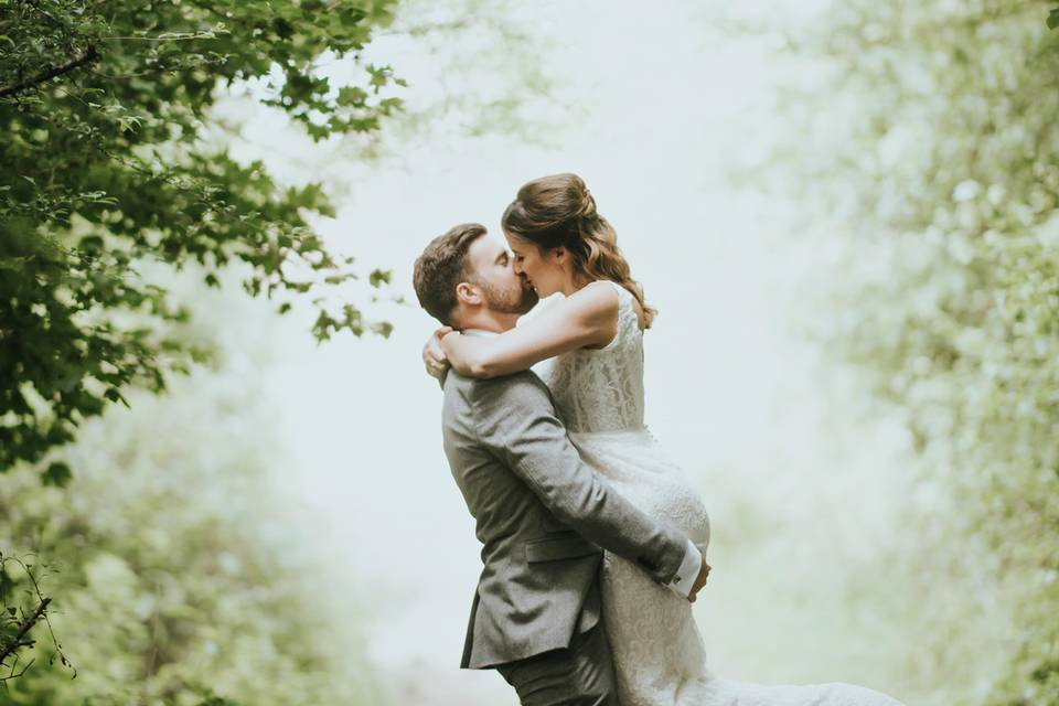 Couple kissing - Blue Lily Weddings