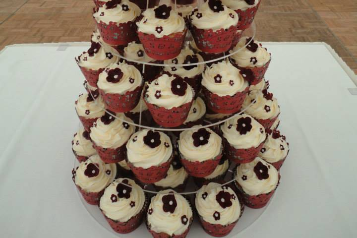 Single tier and cupcakes