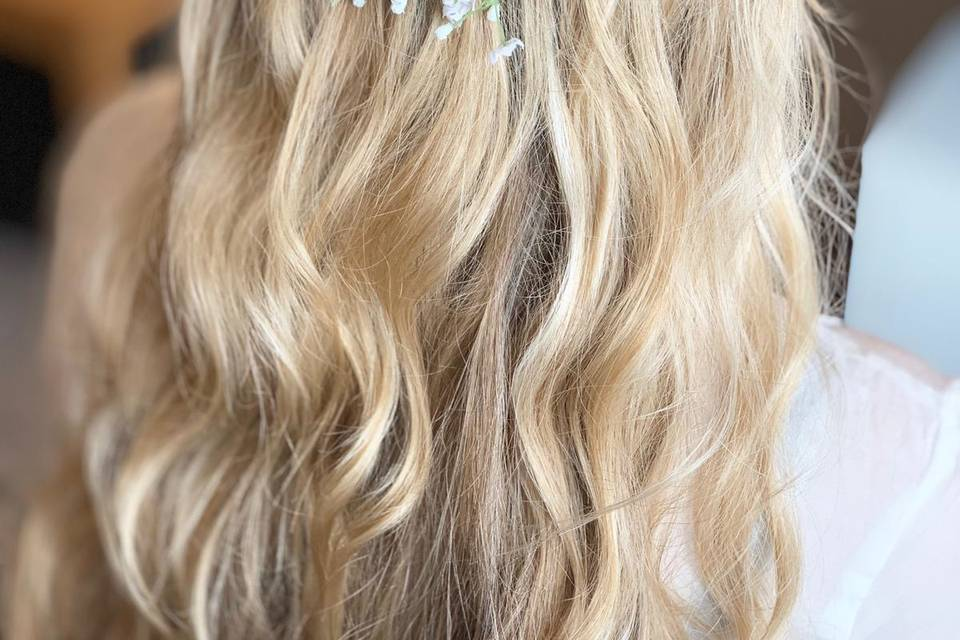Wavy hair and accessories