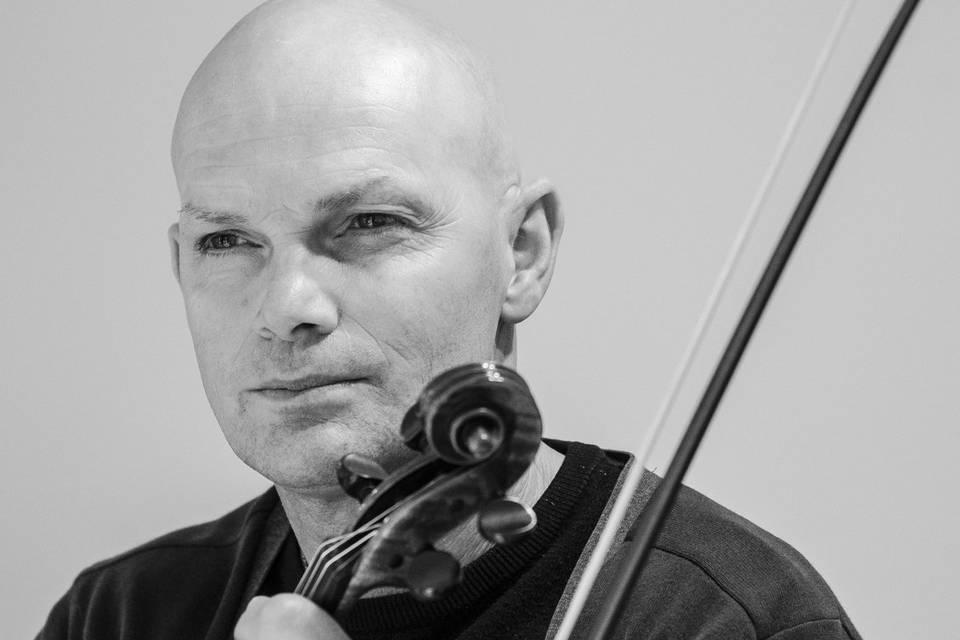 Daniel Axworthy Violinist.